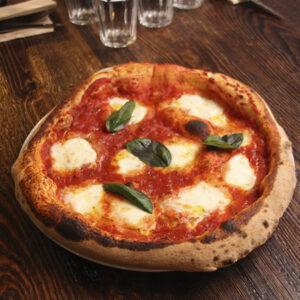 Tomate San Marzano BIO, mozzarella de Búfala Campana D.O.P., aceite de oliva virgen extra y albahaca fresca