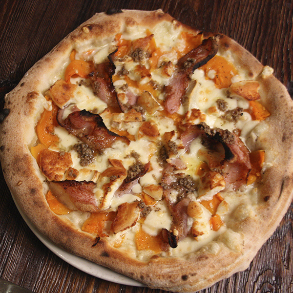 Fiordilatte dei Monti di Agerola D.O.P., calabaza asada, queso de cabra, guanciale y aceite de trufa