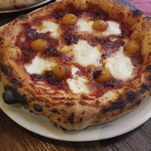 Tomate San Marzano BIO, mozzarella de búfala Campana D.O.P., 'nduja di Spilinga (sobrasada picante), cebolla roja y tomatitos amarillos